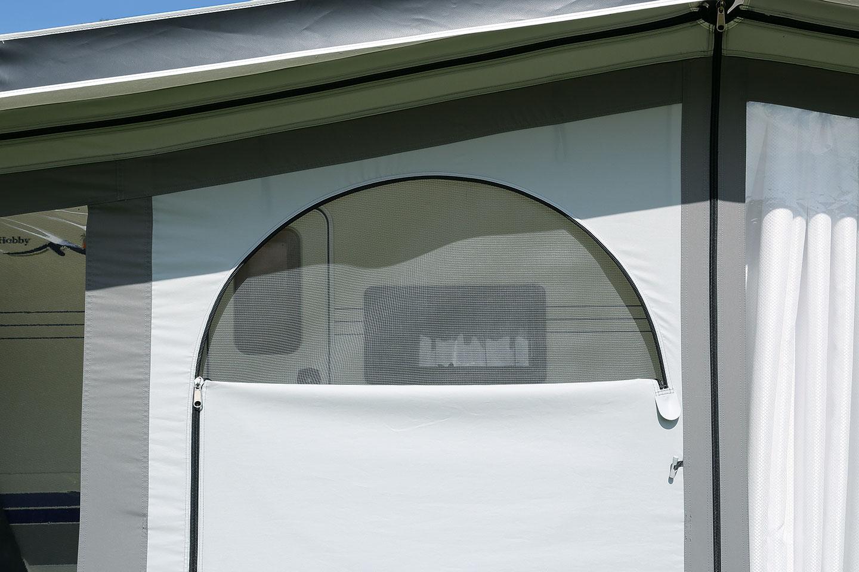 Die halbrunde Öffnung der kann mit einer Moskitogaze verschlossen werden.