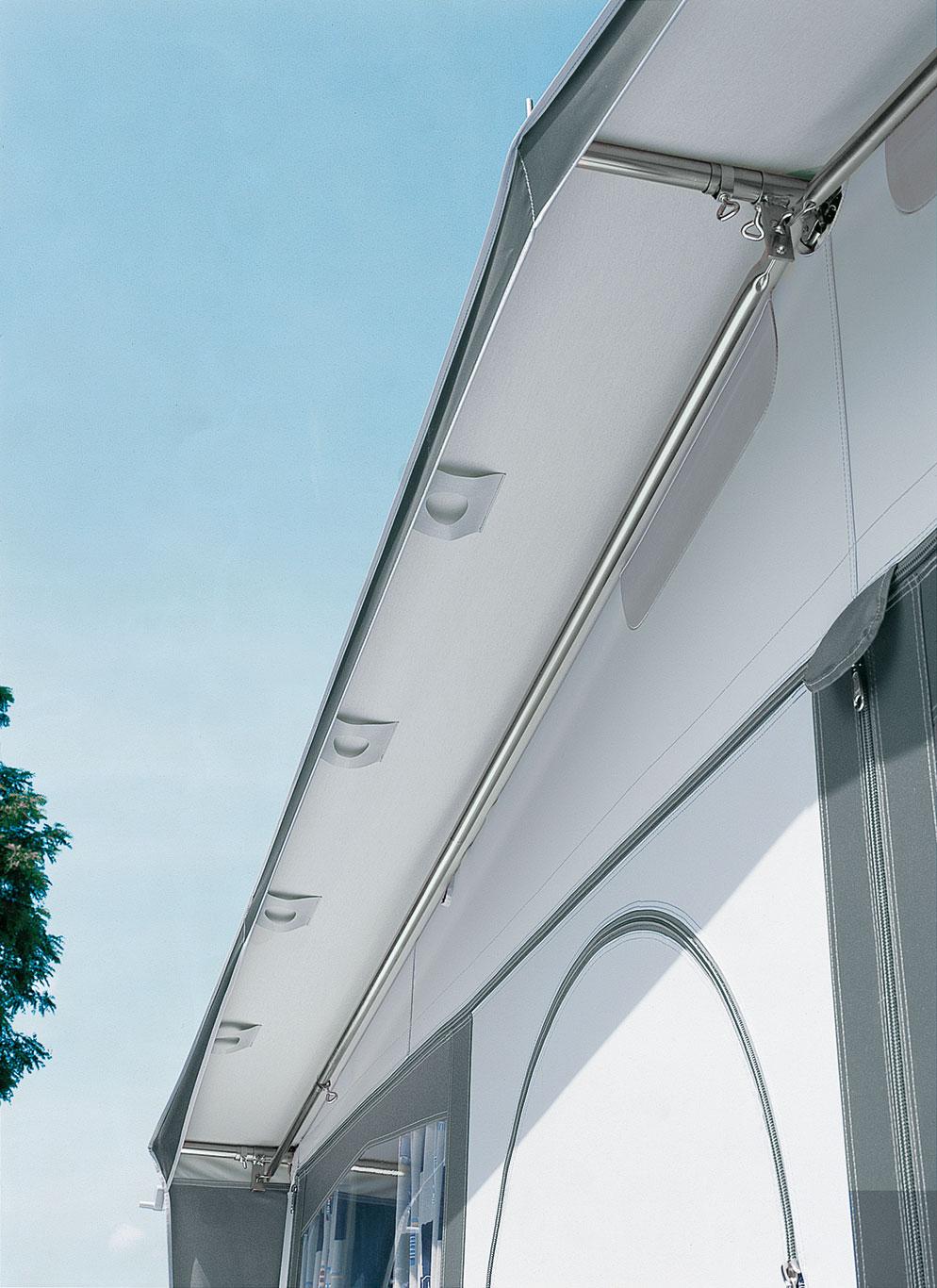 ... Giebelstangen im Vorzeltvordach fixieren das Sonnendach und sorgen für eine optimale Passform.
