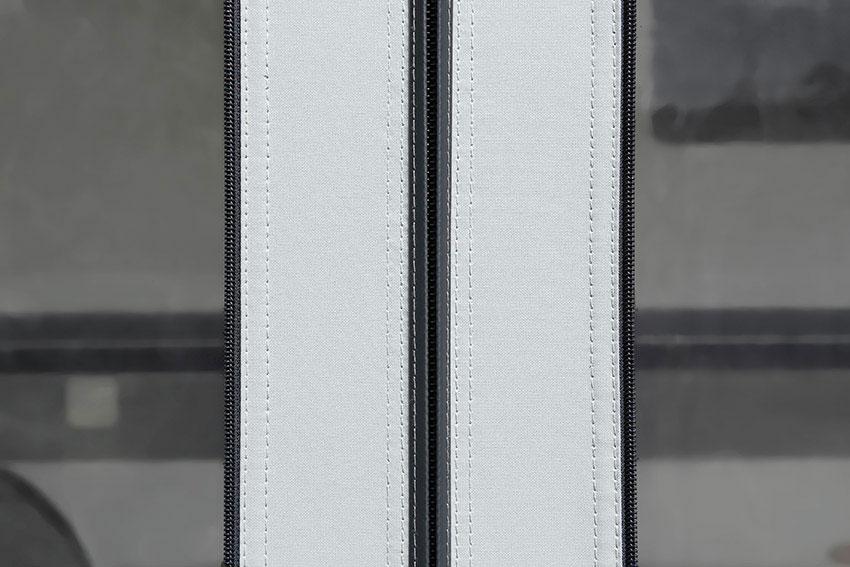 Stoffabdeckungen der Vorderwand- und Seitenwandreißverschlüsse.