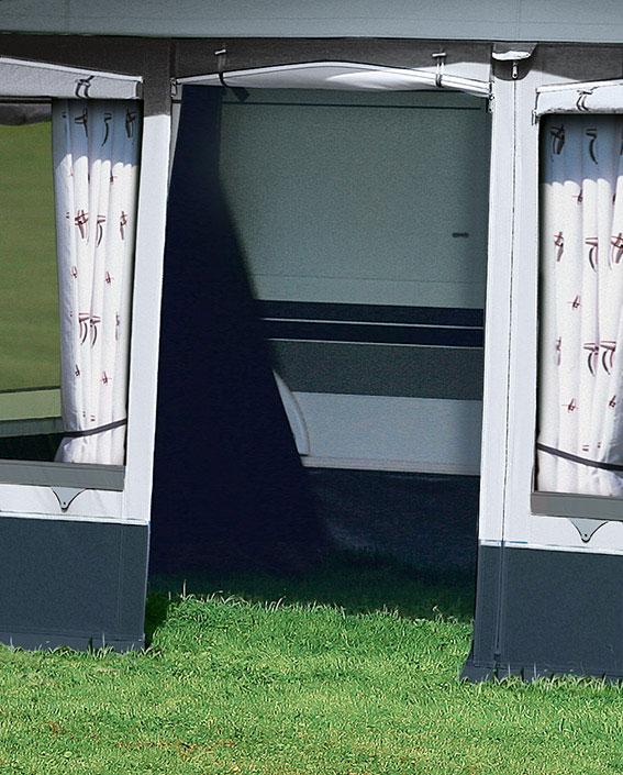 … die hochrollbare Tür mit zwei extra Reißverschlüssen ermöglicht eine komfortable Handhabung.