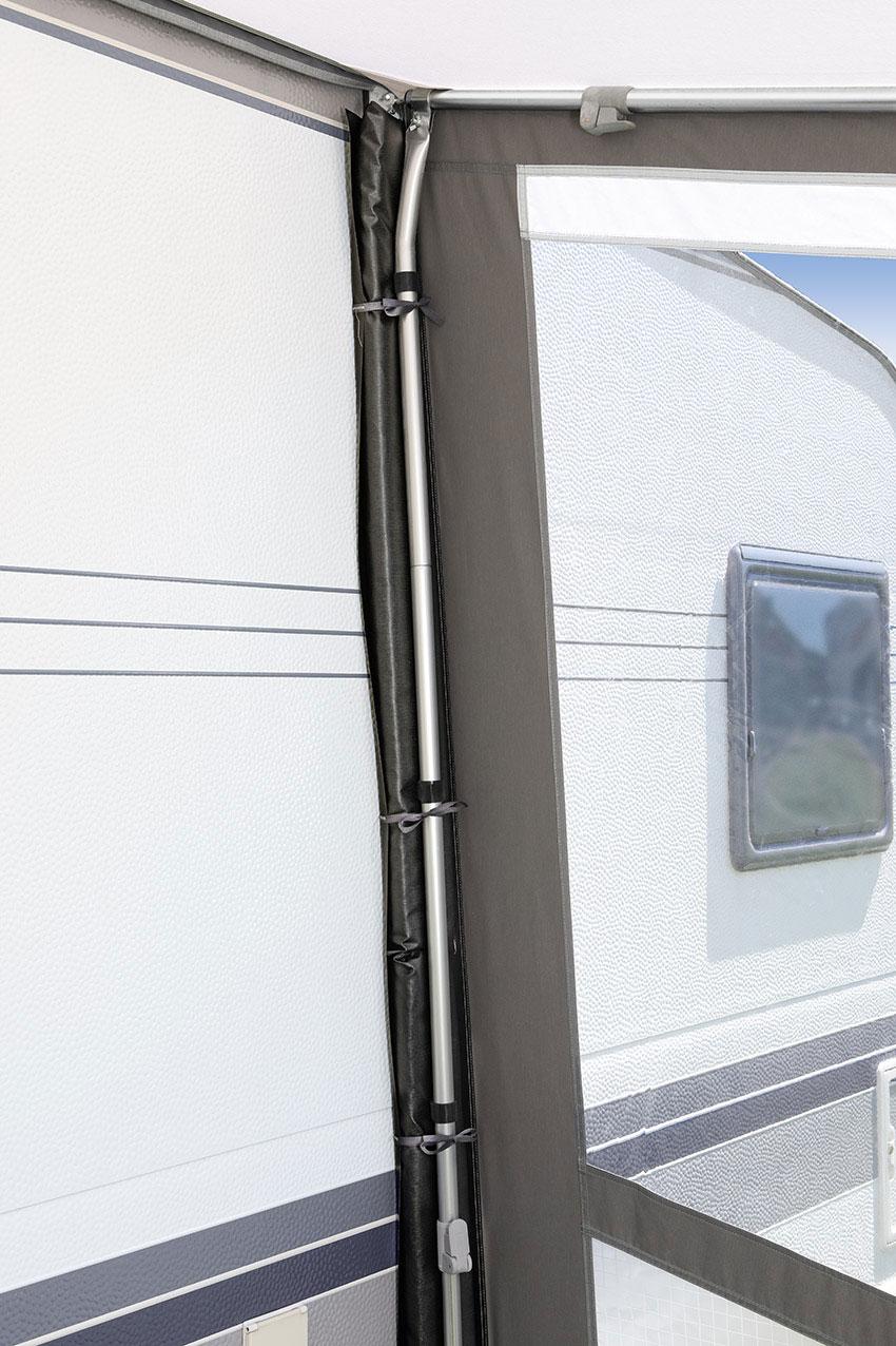 Ein wettersicherer Abschluss an  der Wohnwagenwand durch den  Einsatz von Andruckpolstern und  Andruckstangen (nur in Verbindung mit Dachstangen möglich).