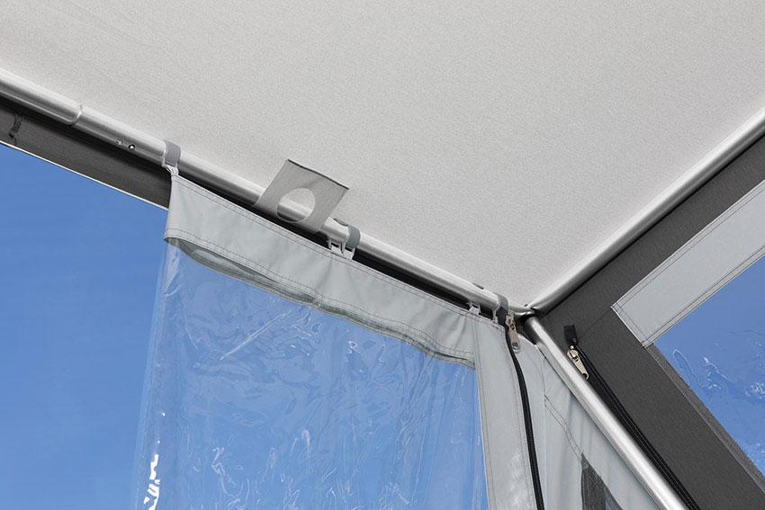 Für die Türbildung wird die    Vorderwand nach innen gelegt  und mit Clipsen befestigt.